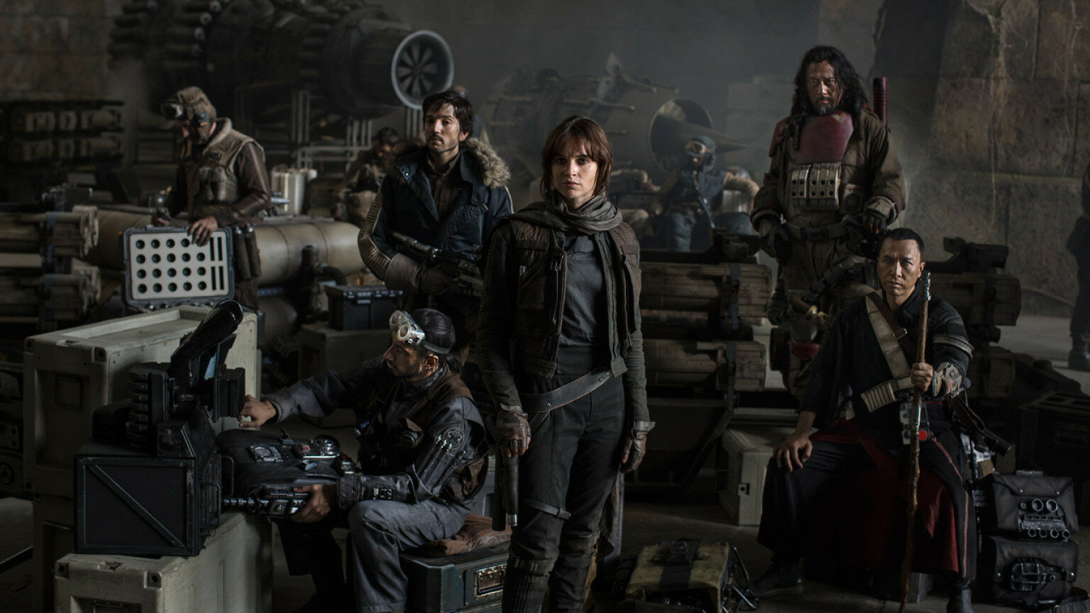 #7 Łotr 1 - Gwiezdne Wojny - historie, reż. Gareth Edwards (USA 2016) Łotr 1 – Disney pokazał, że decyzja o produkcji spin-offów Gwiezdnej Sagi mogła być doskonałym pomysłem. Gareth Edwards wykorzystał okazję i nakręcił film zupełnie inny od tego, co dotychczas znaliśmy w serii. Jednocześnie – chociażby za sprawą fajnych mrugnięć okiem do widza i gościnnych występów znanych bohaterów – nie sprawia on wrażenia odrębnego dzieła. To po prostu film wojenny w uniwersum Star Wars. Obraz mroczny, dojrzały, niejednoznaczny, chociażby dzięki odejściu od prostego podziału na bardzo, bardzo Dobrych i bardzo, bardzo Złych. Nie brakuje tu znakomitego humoru, jednak wydźwięk całości, mimo przebijającej tu i ówdzie nadziei, jest dość ponury. Łotr 1 to trzymająca w napięciu, wizualnie obłędna (prawdopodobnie najlepsza kosmiczna bitwa do tej pory), wzruszająca opowieść o przyjaźni, zaufaniu i poświęceniu w imię wyznawanych wartości. Film Edwardsa stanowi też rewers Epizodu IV, na który już nigdy nie będę patrzeć w taki sam sposób. I może właśnie za to – wzbogacenie Nowej nadziei – należą się największe brawa. [Jędrzej Dudkiewicz]