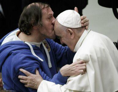"""Papież Franciszek zaskoczony przez wiernego. """"Pocałunek trwał kilka sekund"""""""