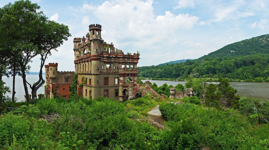 Bannerman Castle, USA Zamek Bannerman właściwie był jedynie magazynem broni, zbudowanym na podobieństwo zamku. Należał do biznesmena Francisa Bannermana. Popadł w ruinę po tym, jak w Stanach zmieniono prawo o sprzedaży wojskowej broni cywilom.