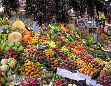 """Owoce i warzywa tańsze nawet o połowę. """"Klęsa urodzaju"""""""
