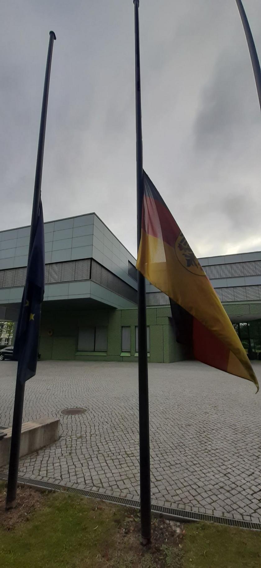 Ambasada Niemiec opuściła flagi do połowy masztu