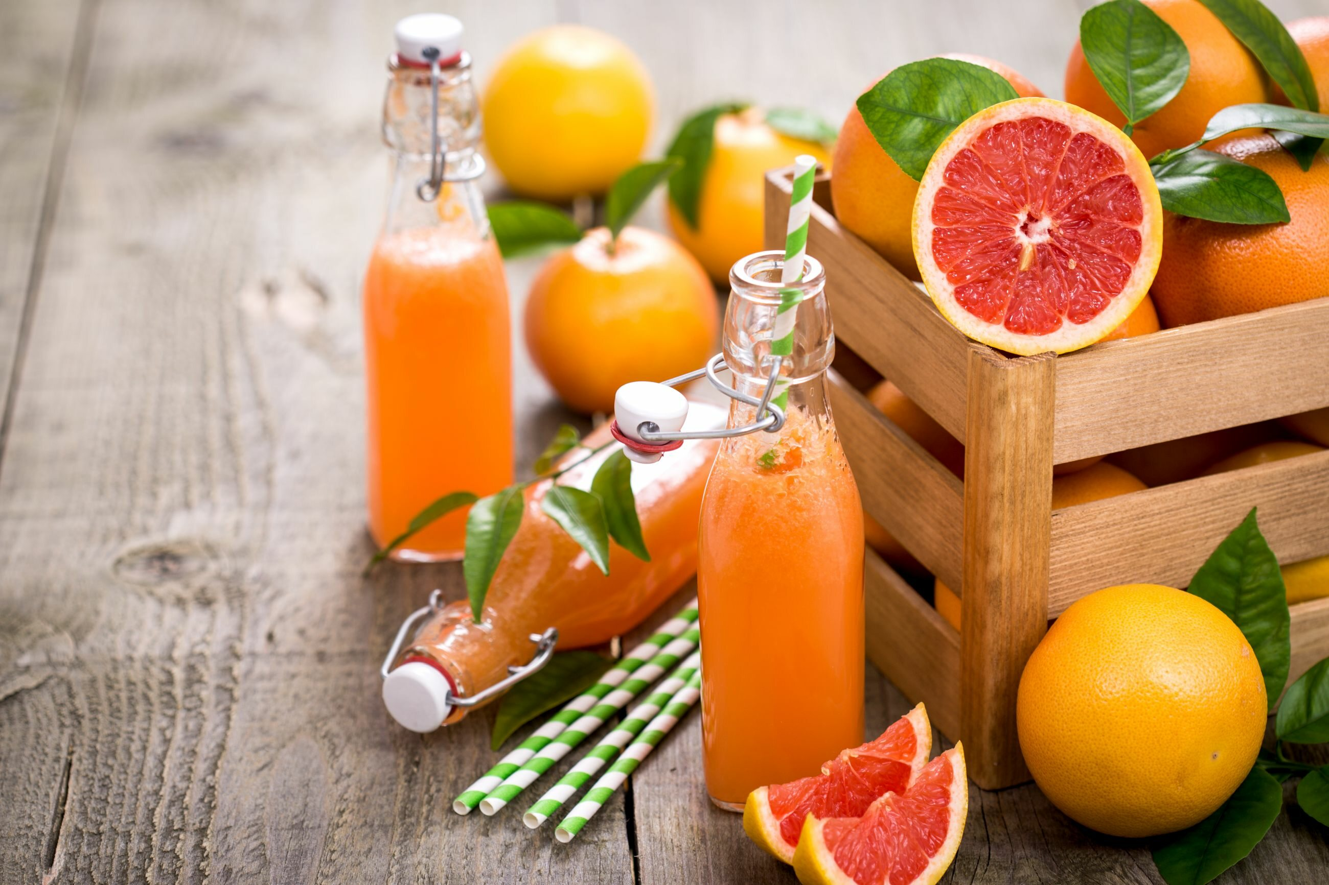 Po wypiciu soku owocowego nie wolno natychmiast myć zębów, ponieważ może to uszkodzić szkliwo.