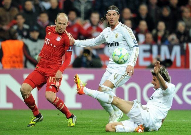 Arjen Robben walczy o piłkę z Sergio Ramosem i Fabio Coentrao (fot. EPA/ANDREAS GEBERT/PAP)
