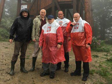 Kaczyński wyznacza trendy. Patriotyczna peleryna stała się hitem