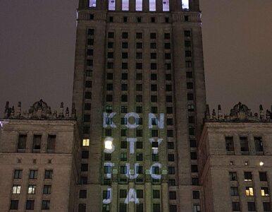 """Napis """"Konstytucja"""" wyświetlony na Pałacu Kultury i Nauki"""