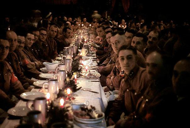 Oficerowie i podchorążowie Hitlera obchodzą Boże Narodzenie, 1941 (fot. boredpanda.com)