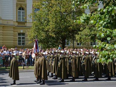 """Prof. Środa ostro o defiladzie 15 sierpnia. """"Militarno-nekrofilna strona..."""