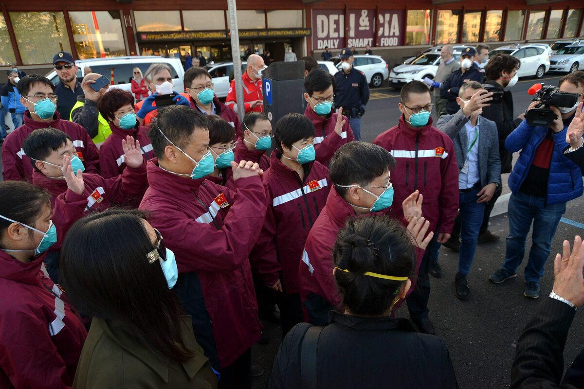 Chiński zespół personelu medycznego przyleciał do Włoch, aby pomóc szpitalom w Lombardii (18 marca)
