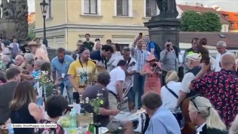 Zabawa na Moście Karola w Pradze