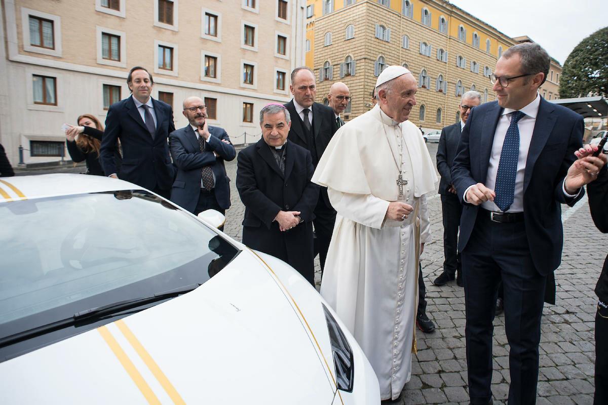 Papież Franciszek przy lamborghini