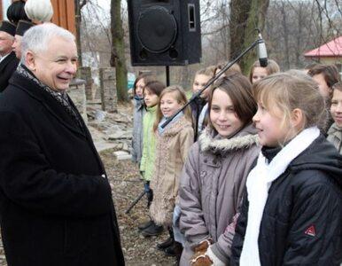 Dzieci zdejmują czapki przed Kaczyńskim. I witają go wierszem