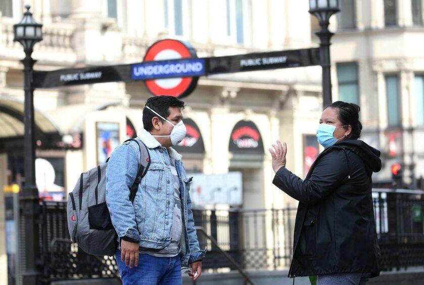 Przechodnie w Londynie