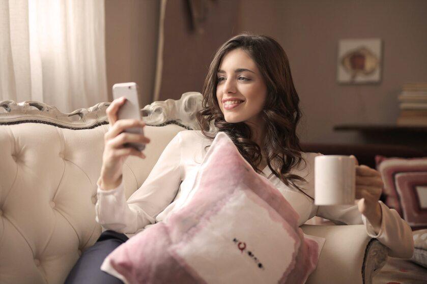 Kobieta, telefon, zdj. ilustracyjne