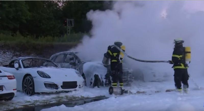 12 spalonych Porsche w Hamburgu