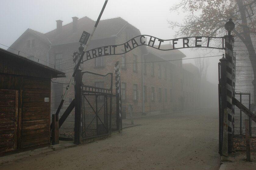 """Brama z napisem """"Arbeit Macht Frei"""" w Auschwitz"""