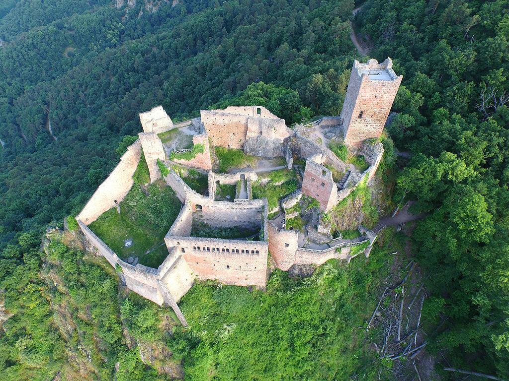 Chateau de Saint-Ulrich, Francja To jedna z trzech fortrec strzegących francuskiego miasta Ribeauvillé. Została opuszczona w XVI wieku podczas wojny trzydziestoletniej. Zamek wzniesiono na wysokości 528 metrów nad poziomem morza.