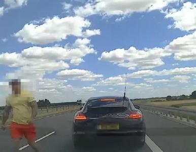 Incydent na S8. Agresywny kierowca porsche zaatakował rodzinę