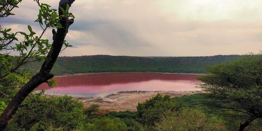 Jezioro Lonar po zmianie koloru