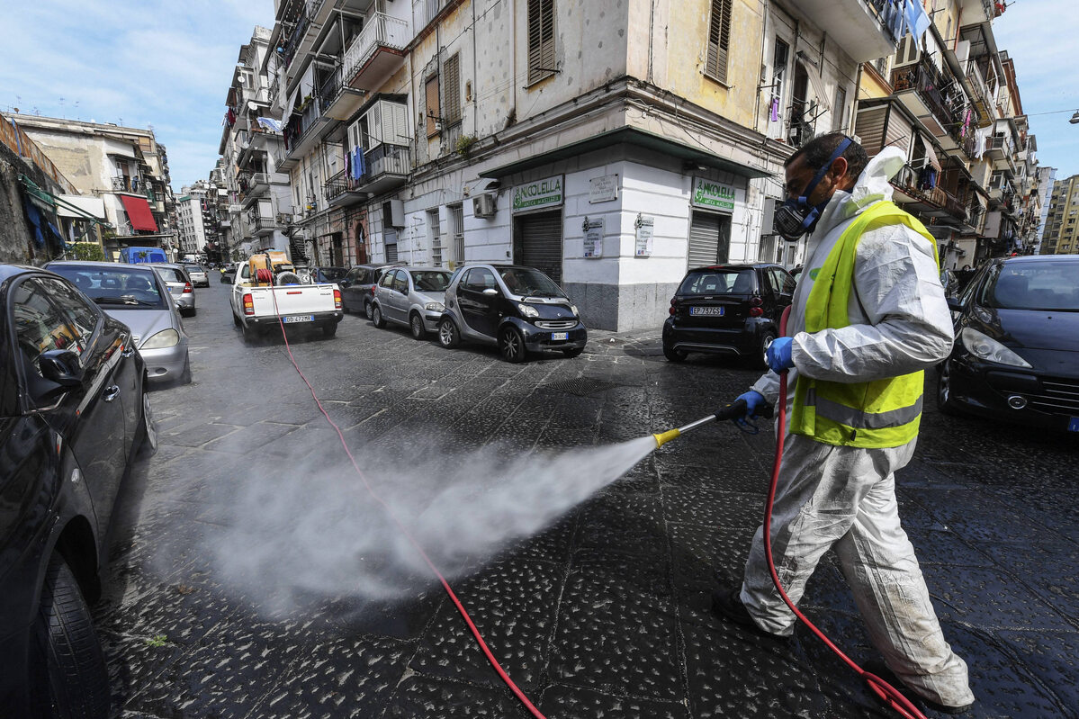 Pracownik przeprowadzający dezynfekcję ulic w Neapolu (17 marca)