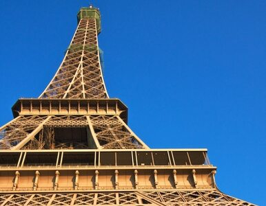Alarm bombowy w Paryżu - Wieża Eiffela ewakuowana