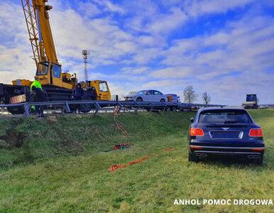 Wypadek lawety na A2. Kierowca przewoził luksusowe bentleye