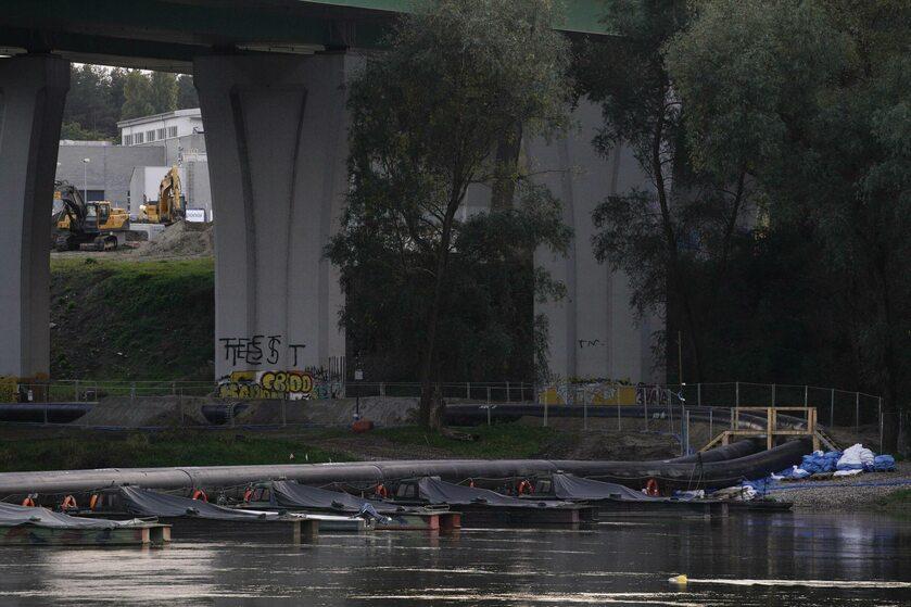 Most pontonowy rozłożony na Wiśle po awarii kolektora do Czajki