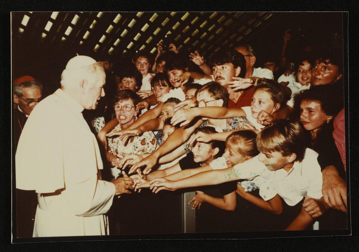 Jan Paweł II podczas spotkania z wiernymi w Rzymie (21.07.1990 r.)