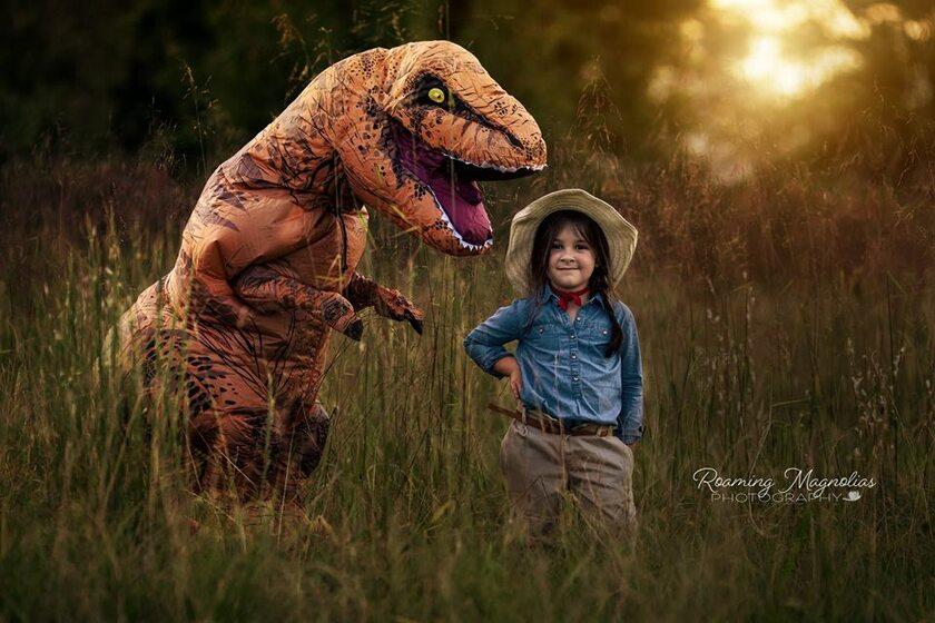 Levi (w kostiumie T-rexa) oraz jego kuzynka Lola